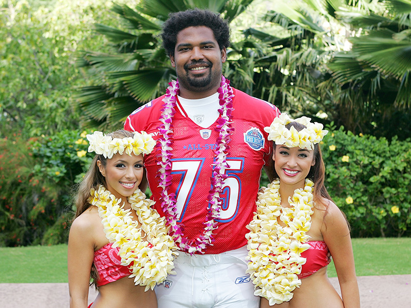 KAPOLEI - FEBRUARY 9:  Hula girls and Baltimore Ravens American Football Conference AFC all-star Jonathan Ogden, #75 pose for a team photo at the 2006 NFL Pro Bowl at the Ko Olina Resort on February 9, 2006 in Kapolei, Hawaii. (Photo by Paul Spinelli/Getty Images)
